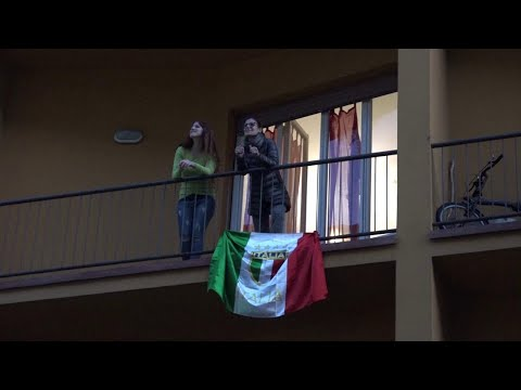 Firenze, tutta la strada balla sul balcone sulle note del dj