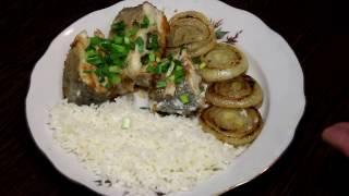 Жареная щука с рисом и луком