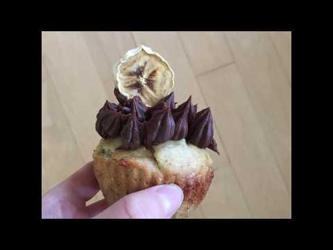 muffin-aux-bananes-avec-glaçage-au-chocolat-et-beurre-d'arachide