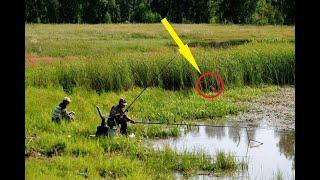 Когда мужчины ловили рыбу, из высокой травы к ним вышли ОНИ!