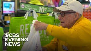 97-year-old veteran still hard at work bagging groceries