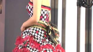 市松模様に蝶が舞うドレス。肩を出すことで大胆さとともにセクシーさをプラス。ウェストは帯のイメージを表現し、和と洋をミックスさせたモダンで存在感のあるドレス。