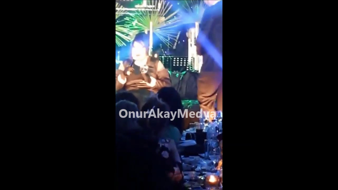 Bülent Ersoy, sahneye atlayan kadına mikrofonuyla vurdu!