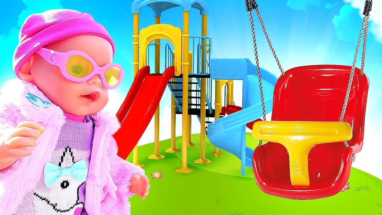¡Vamos al parque infantil con la muñeca bebé! Como mamá. Juegos para niñas.
