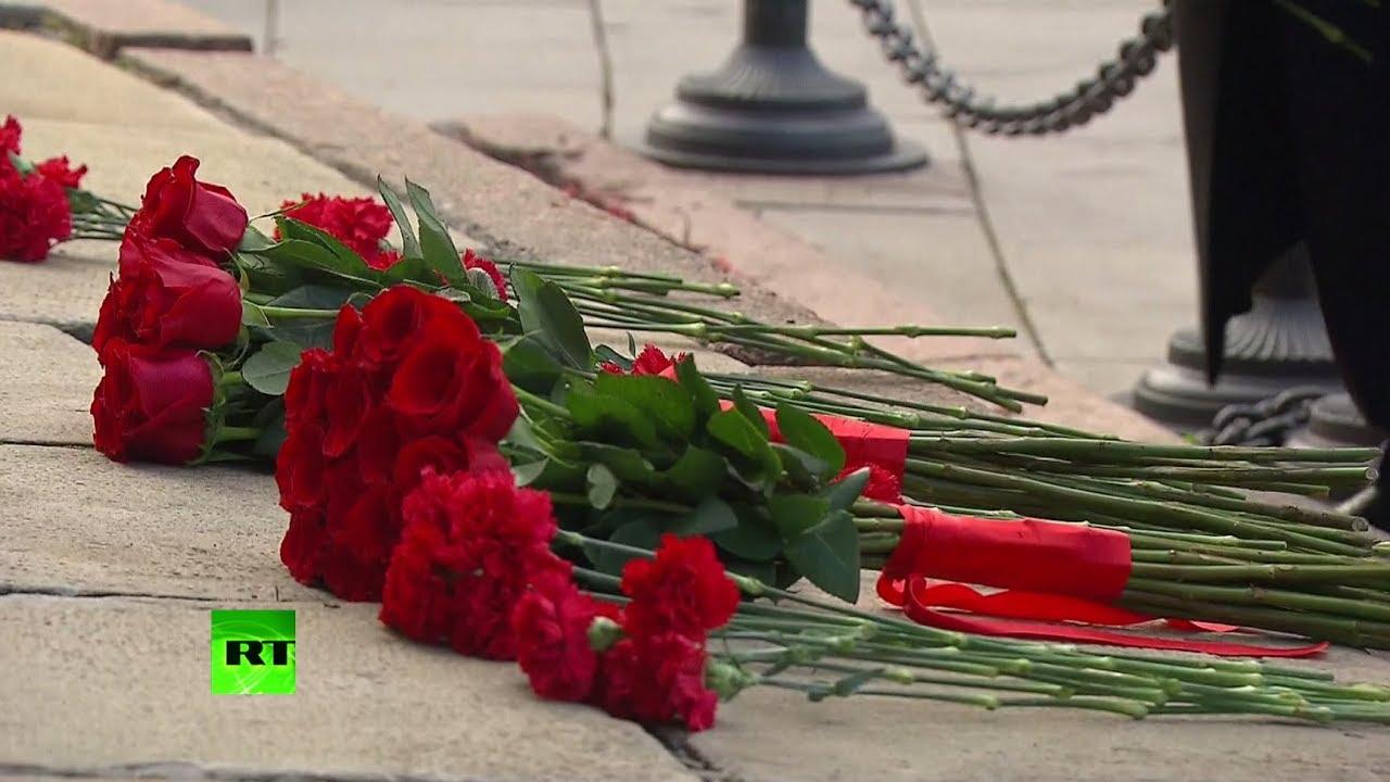 Путин и главы религиозных конфессий возложили цветы к памятнику Минину и Пожарскому