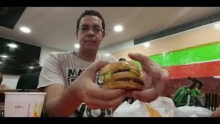 Hamburgero en la flughaveno de Lisbono