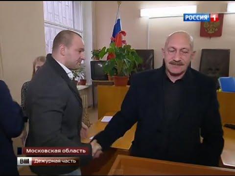 Даниил Никифоров жмёт руку Юрию Райхману после суда