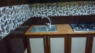 коричневая кухня и черно-белая ванная