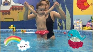 Занятия в бассейне для малышей до года(Вероника плавает в бассейне с инструктором в 9 месяцев. Бассейн