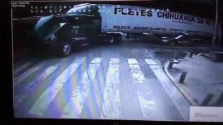 Trailer impacta a metrobús y a una patrulla; imagen impresionante