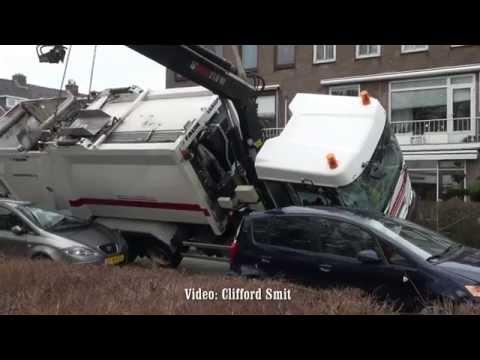 Vuilniswagen gekanteld in Haarlem