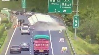 الصين.. وفاة 7 في اصطدام شاحنة بسيارات متوقفة (فيديو)