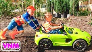 Nikita cưỡi trên xe của trẻ em và mắc kẹt dưới đất Vlad kéo máy cày