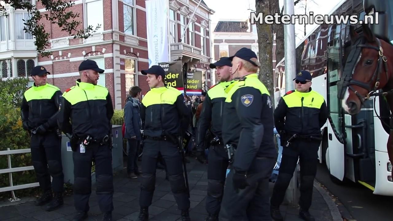 Politie druk met anti piet demonstratie in Groningen (Anti-Black Pete)