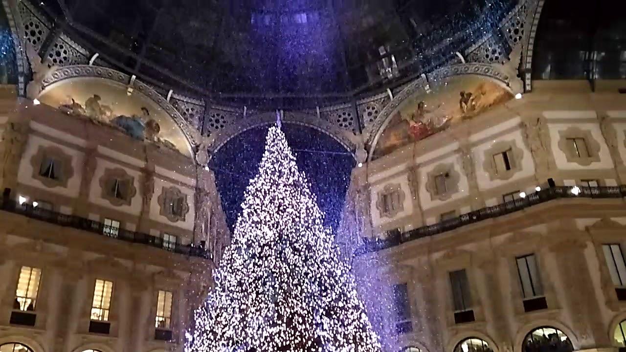 Albero Di Natale Milano.Accensione Albero Di Natale Swarovski In Galleria Vittorio Emanuele Ii Milano