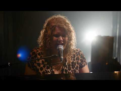 Kiki Schippers Zingt Het Nummer 'Dorp' Uit Haar Show WAAR | Zaterdag 21 Maart Te Zien In Purmerend