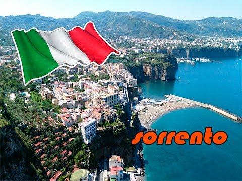 Playa con puerto de Sorrento, Italia