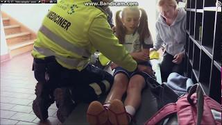 En ung pige har slået hendes hofte under et håndbold stævne, hun hy...