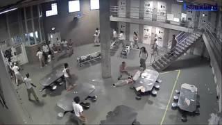 Sherr masiv me thika në burg