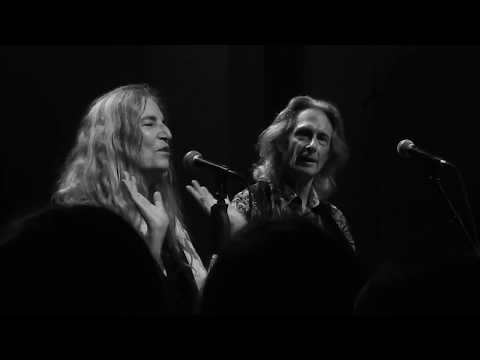 CAN T HELP FALLING IN LOVE (Elvis cover) Patti Smith / Lenny Kaye live@DeDuif Amsterdam 29-5-2018