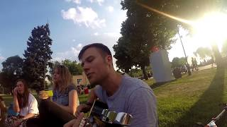 Макс Корж играет на гитаре фаната в парке Горького