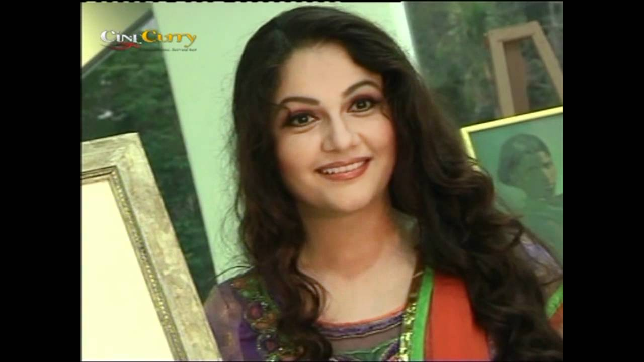 Gracy Singh At Art Exhibition Opening - YouTube
