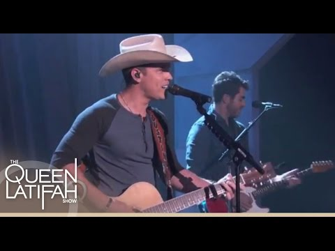 Dustin Lynch Performs!