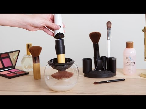 A hypnotic way to clean a makeup brush.