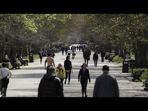 شاهد: بريطانيون ينتهكون قواعد التباعد الاجتماعي ليستمتعوا بأشعة الشمس…  - نشر قبل 1 ساعة