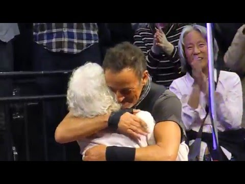 "Bruce Springsteen ""Dancing In The Dark"" St.Paul,Mn 2/29/16 HD"