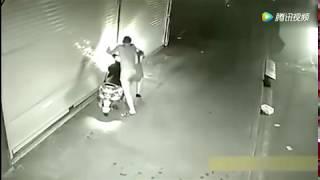 晚22:23分,監控拍下小情侶機車刺激一幕,街上無人的時候,也要學會克制