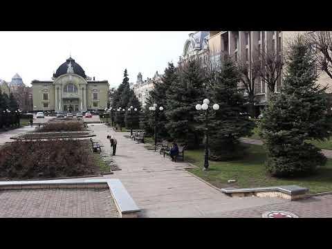 Погляд: Театральна площа Чернівців суттєво спорожніла через карантин у місті