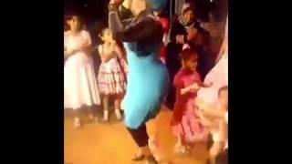 رقص بنت  محجبة المفروض تشتغل في كباريه