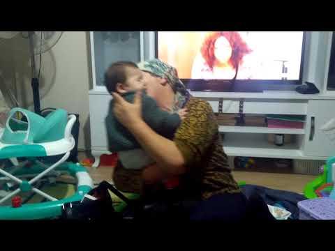 Babaannesinin eşarbı ile oynayan bebek