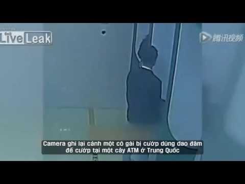 Cô Gái Bị Cướp Đâm Ngay Tại Cây ATM