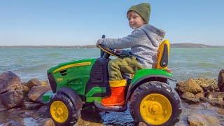 Лёва и Папа весело играют ездят на тракторе. Трактор для детей.
