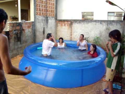 Festa na piscina youtube for Caillou na piscina