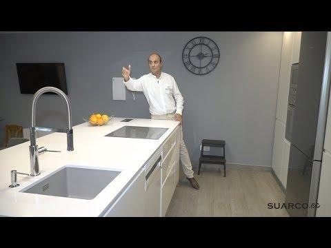 Cocina moderna con isla blanca y madera  sin tiradores y encimera de silestone blanco zeus