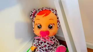 Эльвира играет с младшим братиком и куклами