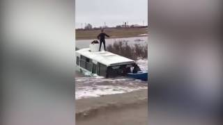 На трассе Атбасар Кокшетау водой смыло автобус с людьми