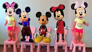 Cinco ratoncitos de MICKEY y MINNIE y bebés saltando en la cama. Rima y canciones infantiles