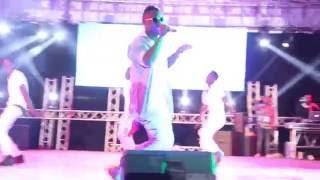 Barakah Da Prince akiimba wimbo 'Aje' wa Ali Kiba kwenye tamasha la Jembeka Festival 2016