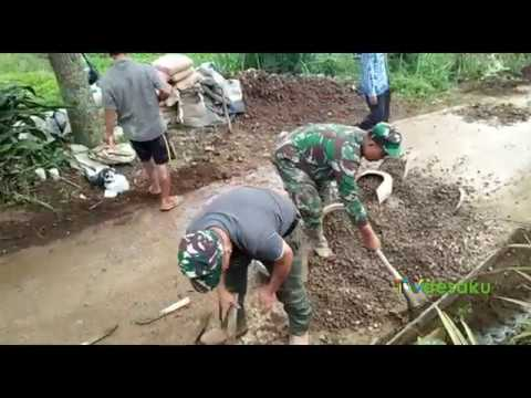 Tak Ragu, Kepala Desa Tanjungsari Ikut Terjun dalam Pengecoran Jalan