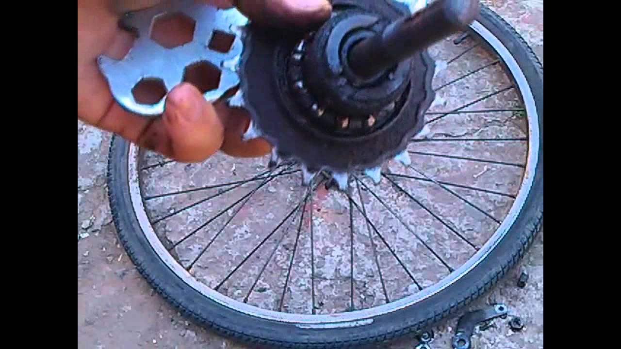 девчонка разрешает скрежет при вращении колеса велосипеда теточки весело