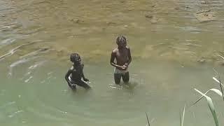 Niños se bañan en el rio de Mont-Organise , Haiti;