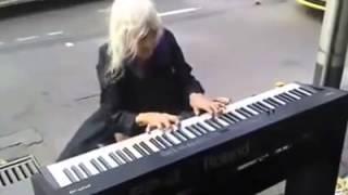 Бабушка играет на уличном пианино(Когда эта бабуля села за пианино все посмеялись, но каково же было их изумление, когда она начала играть., 2014-10-08T06:10:33.000Z)