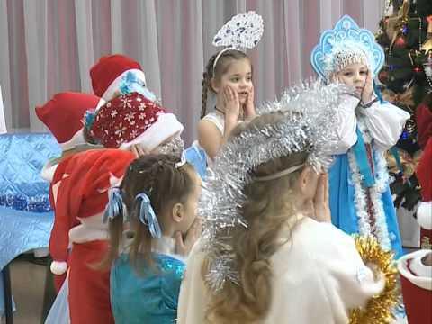 Малышам Владивостока вручают сладкие новогодние подарки от главы города Игоря Пушкарёва
