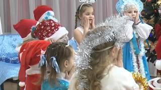 Малышам Владивостока вручают сладкие новогодние подарки от главы города Игоря Пушкарёва(В районных отделах управления по исполнению программ по поддержке населения администрации города вручают..., 2015-12-23T04:55:57.000Z)