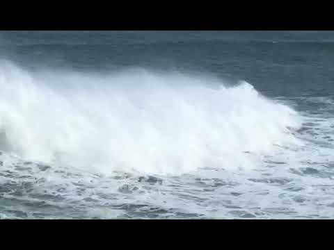 Los surfistas desafían la alerta naranja en Ribadeo