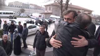 Serbest kalan polisler adliyeden ayrılırken hep birlikte şarkı söyledi